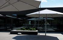 splitterfreie dielen grundschule auf moderner Terrasse mit Sonnenschirmen