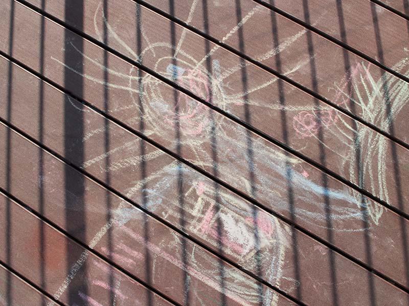 Kreidemalereien auf splitterfreien Terrassenbrettern in Kita
