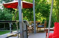 terrassenbohlen von mydeck auf gemütlicher Terrasse im Landhausstil und grünem Garten