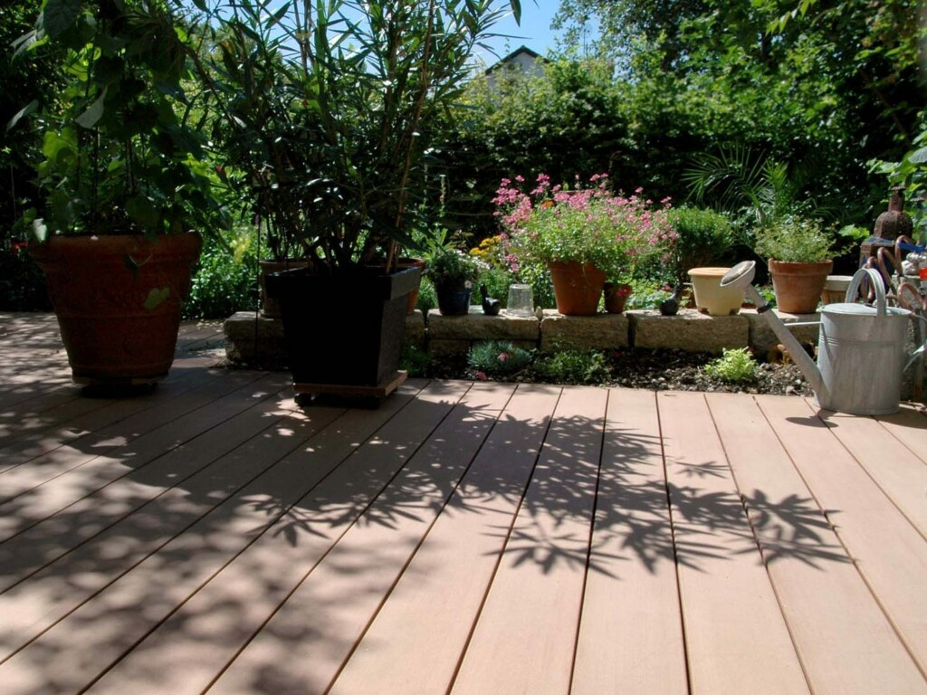 terrassengestaltung mediterran mit wpc außendielen und zahlreichen pflanzen