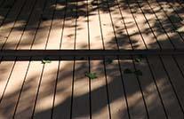 Terrasse mit MYDECK Terrassendielen mit Blätterschatten