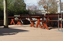 Bänke und Terrasse mit WPC Dielen im Fun Park