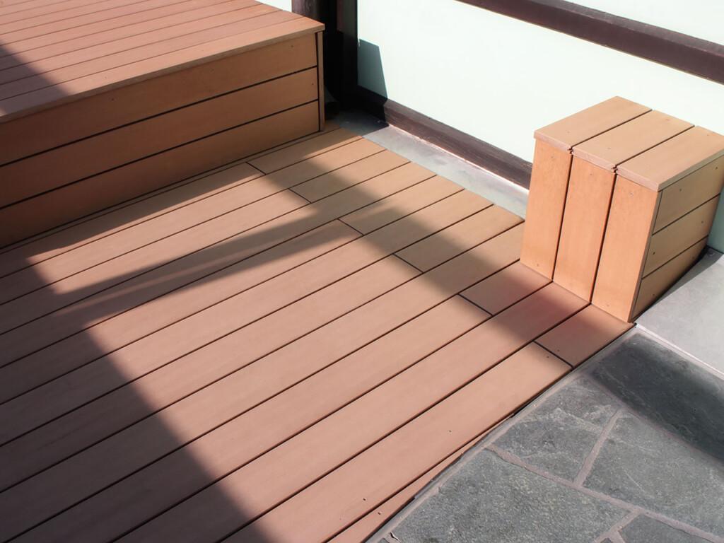 Sitzmöbel aus WPC Massivdielen als Liegefläche und Hocker auf WPC Terrasse; WPC Massivdielen in Holzton