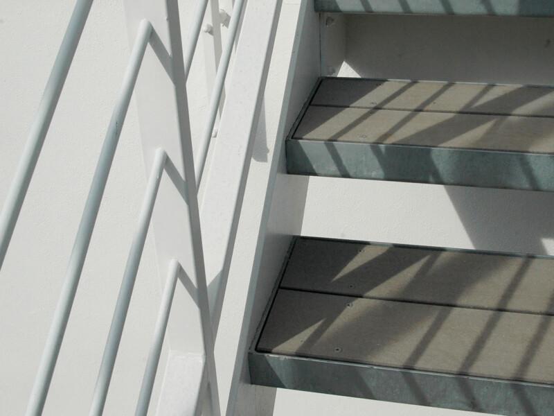 Detail von Treppenstufen mit Stahlfassung und Trittflächen aus WPC Terrassendielen
