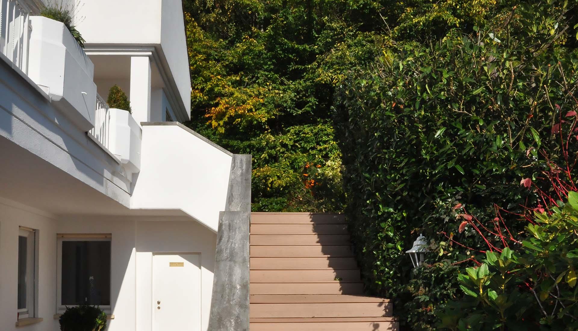 Stufen-WPC-modernes-haus