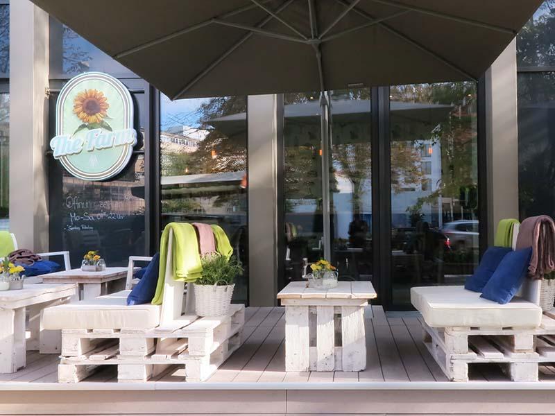 Terrasse mit WPC Außendielen und Möbeln aus Palletten gebaut