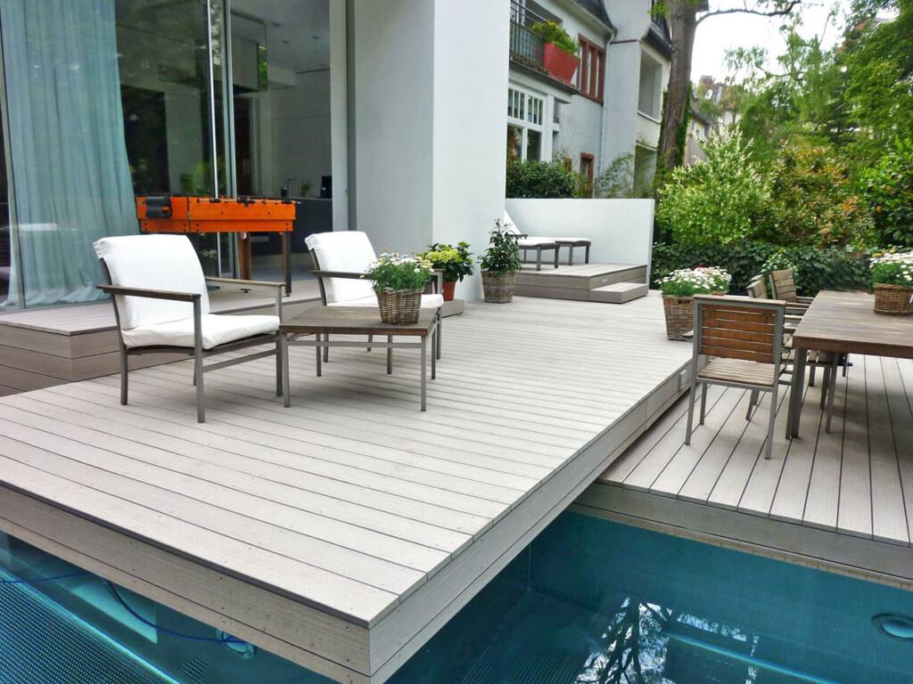 Terrassenförmige Verlegung von WPC Dielen über Pool im modernen Design