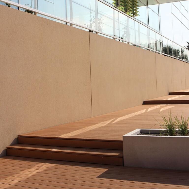 Die breiten Stufen verbinden die einzelnen terrassierten Liegeflächen miteinander