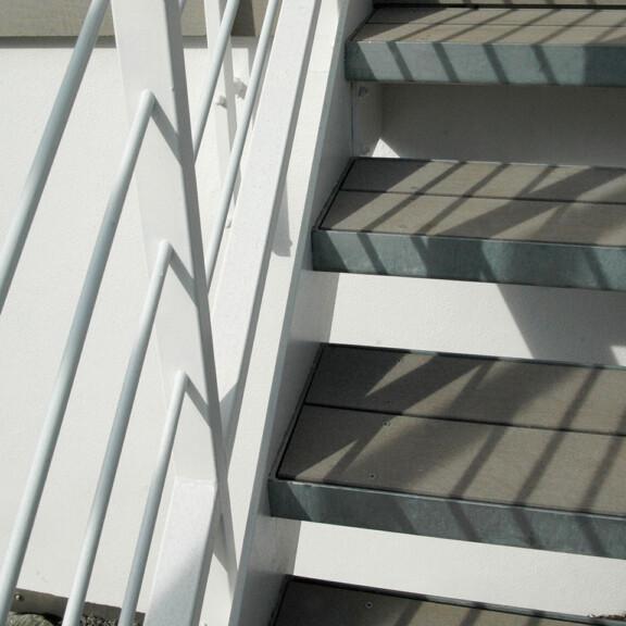 Stahltreppe mit grauen WPC Dielen