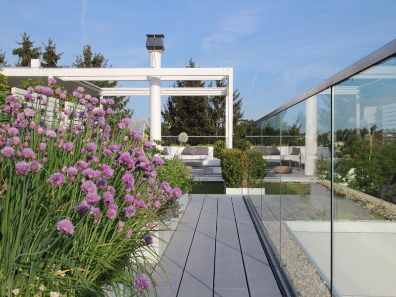 WPC Terrassendielen auf moderner Dachterrasse mit Blick auf den Dachgarten
