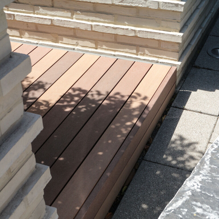 Seitliche Abschlussleisten aus den WPC Vollprofilen bei einer Terrasse