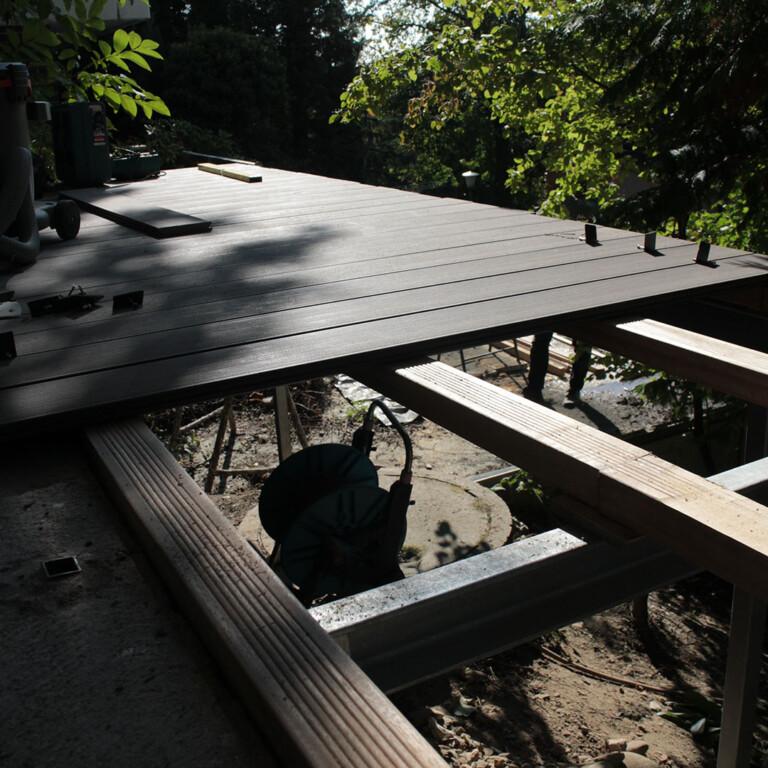 Bei der Verlegung des Balkons Blick auf Balkonfäche und Unterkonstruktion