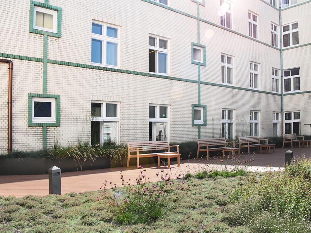 Es sind zwei Varianten der Dachbegrünung zu sehen, welche für eine gemütliche Atmosphäre auf der Premium WPC Terrasse sorgen.
