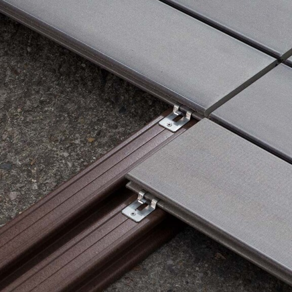 Wie in dieser Detailansicht gezeigt empfiehlt sich an Stößen eine doppelte Unterkonstruktion.