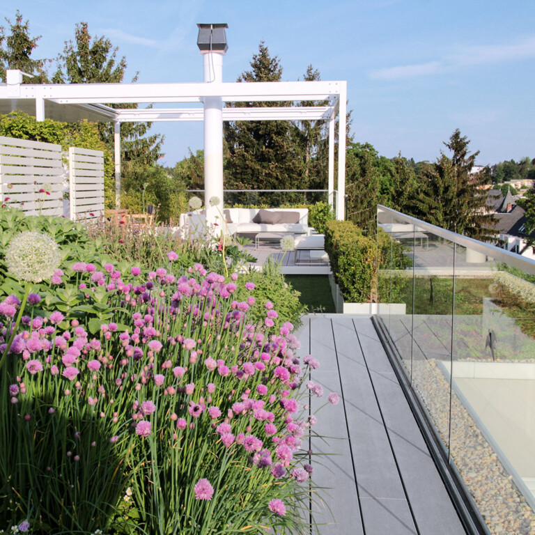 Terrassengestaltung modern: Üppig bepflanzter Dachgarten von modernem Penthouse mit grauen WPC Dielen