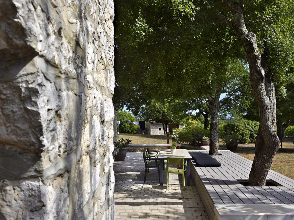 Die Bäume auf der Terrasse wurden in die Sitzfläche mit massiven WPC Terrassendielen integriert