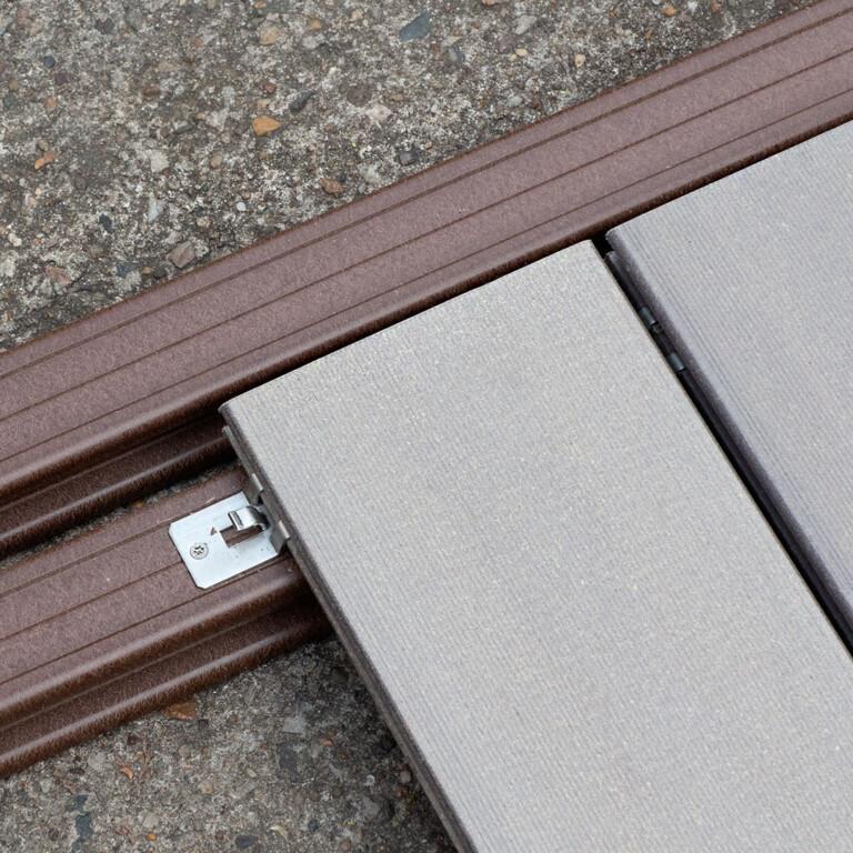 Die abgebildete Original Unterkonstruktion führt den Befestigungsclip und erleichtert so die Verlegung der Terrasse