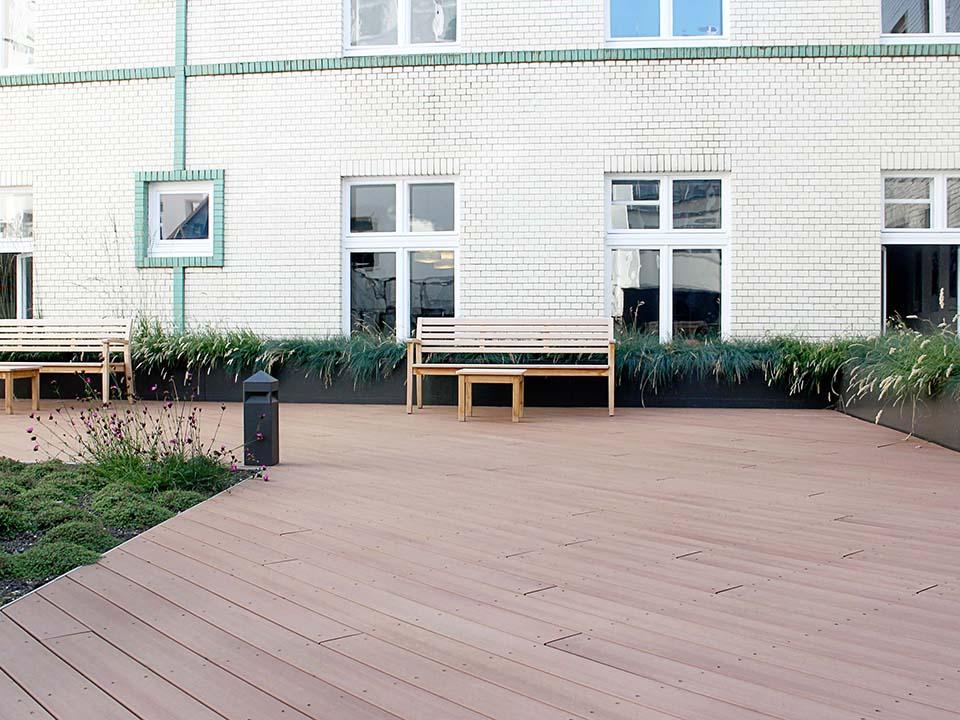 Ein helles braun wurde für die Dachterrasse des Streit´s Hausesgewählt. Zwei Varianten der Dachbegrünung kamen für den Außenbereich zum Einsatz.