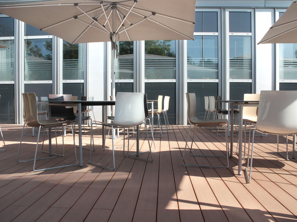 Pflegeleichte WPC Dielen als Terrassenbelag für ein Restaurant