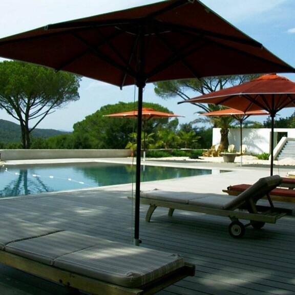 Pflegeleichten Holz Kunststoff Terrassendielen in grau an Pool