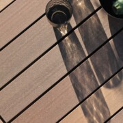 Mehrfarbige braune und wetterfeste Terrassendielen aus nachhaltigem Holz und Premium Kunstoff.
