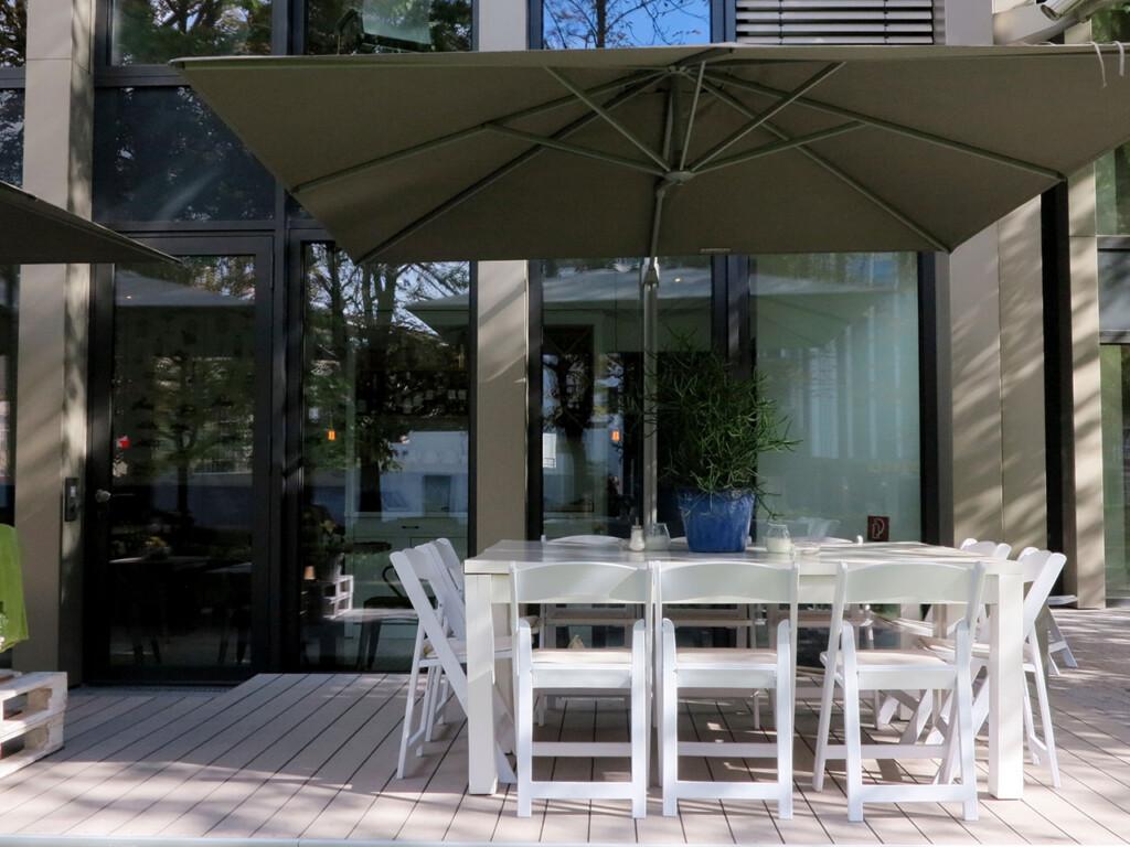 Die bildschönen Terrassendielen - hier auf der Terrasse eines Restaurants - können im Shop erworben werden