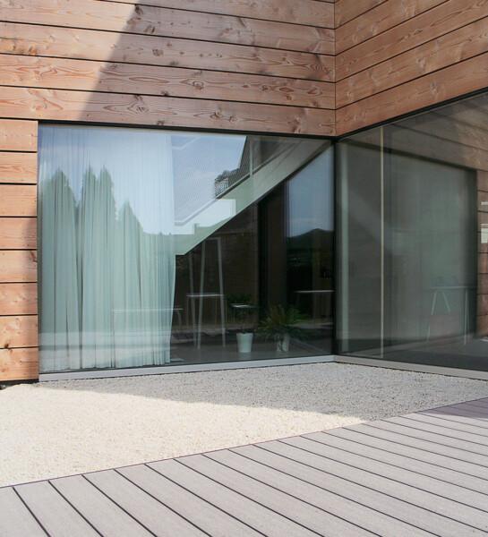 Extrabreite braune Holzdielen mit dunkelgrauer WPC Terrasse