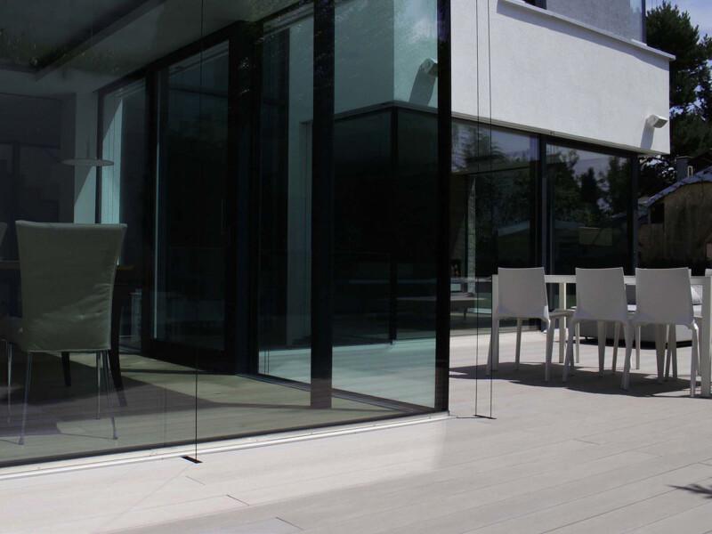 Terrasse mit grauen WPC Massivdielen vor Haus im modernen Design