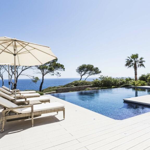 Dank der massiven Form der WPC Terrassenidelen ist die Poolumrandung auf dem Bild ohne besonderen Abschluss möglich.