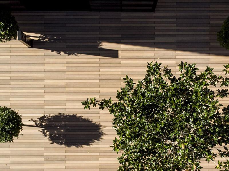 Der nachhaltige WPC Terrassenbelag verbindet regionales Holz mit Langlebigkeit und sieht dabei aus wie Bangkirai