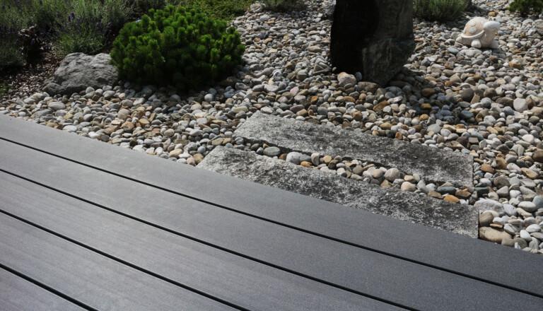 Terrassengestaltung mit WPC Dielen und Steingarten