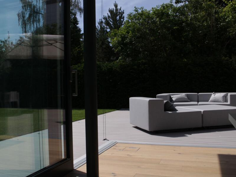 Das moderne und lineare Design der Holzdielen im Innenbereich wird im Außenbereich mit den WPC Terrassendielen fortgesetzt.