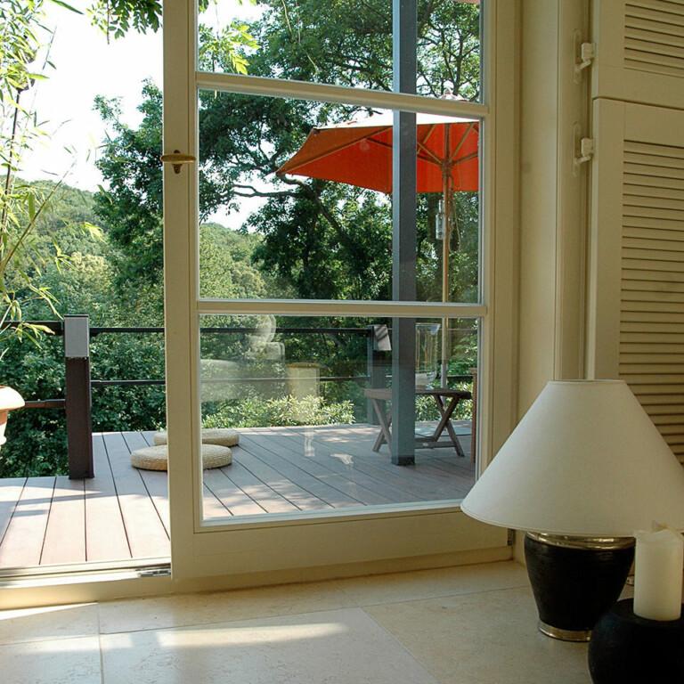 Blick auf die Terrasse mit dunklen WPC Terrassendielen aus dem Fenster