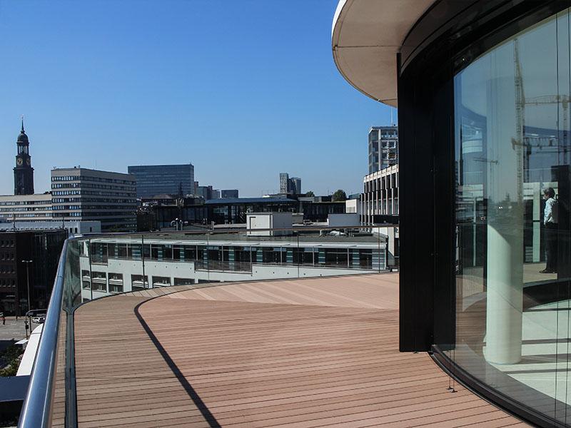Spiel mit der Richtung der WPC Dielen um die Terrasse an die runde Form des Gebäudes anzupassen