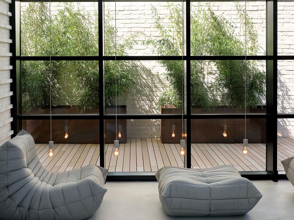 Blick von innen auf Terrasse mit WPC Dielen mit quer zum Haus verlegter Verlegerichtung