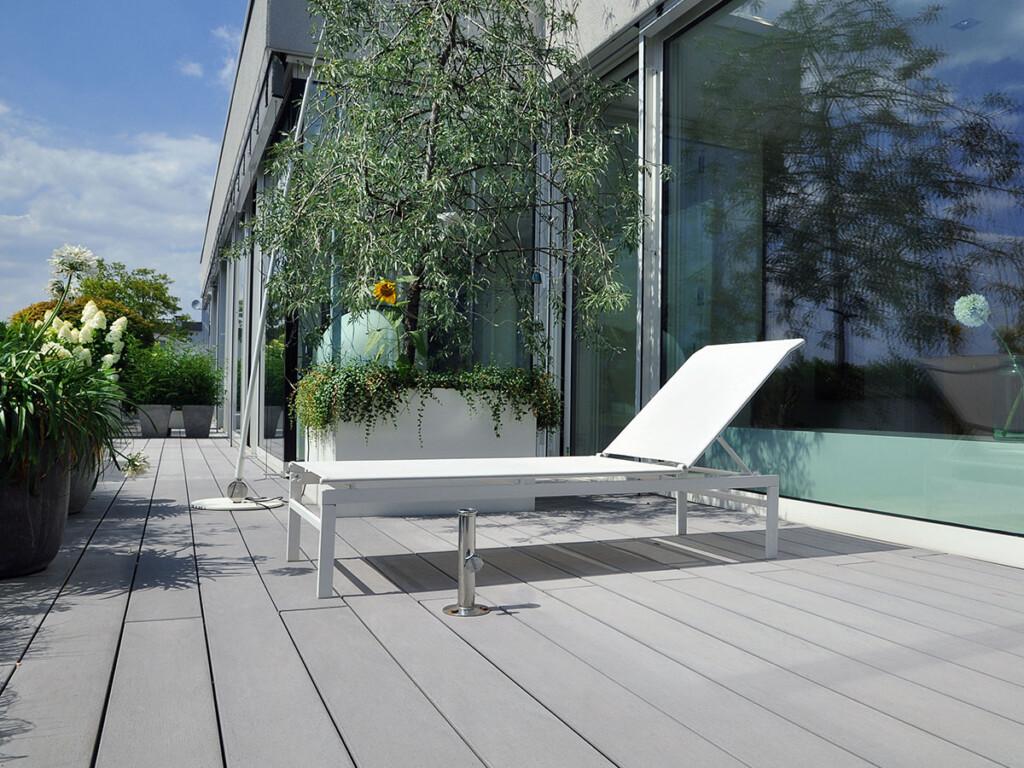 Die grauen WPC Terrassendielen eigenen sich ideal für die moderne Terrassengestaltung dieser Terrasse.