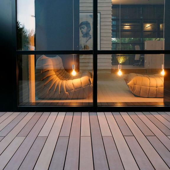 Wie eine Tropenholzterrasse, nur nachhaltig - mehrfahrbige braune WPC Design Dielen von MYDECK