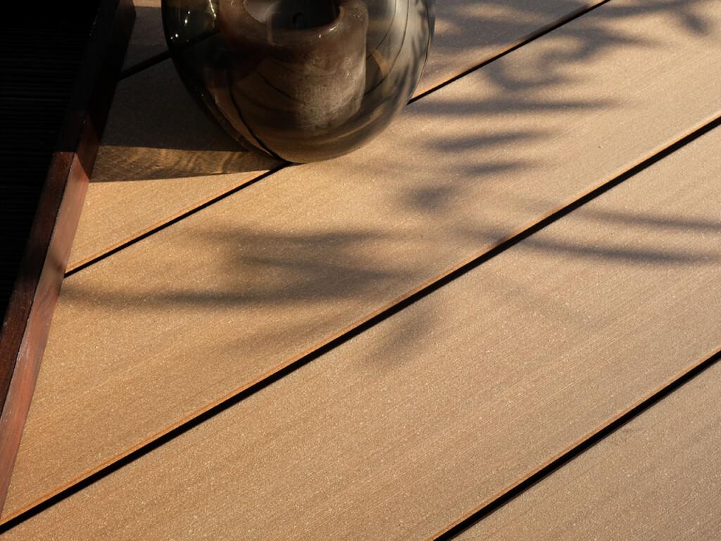 Fragen zu den Design Dielen (Detailbild glatte Oberfläche) beantworten wir gerne.