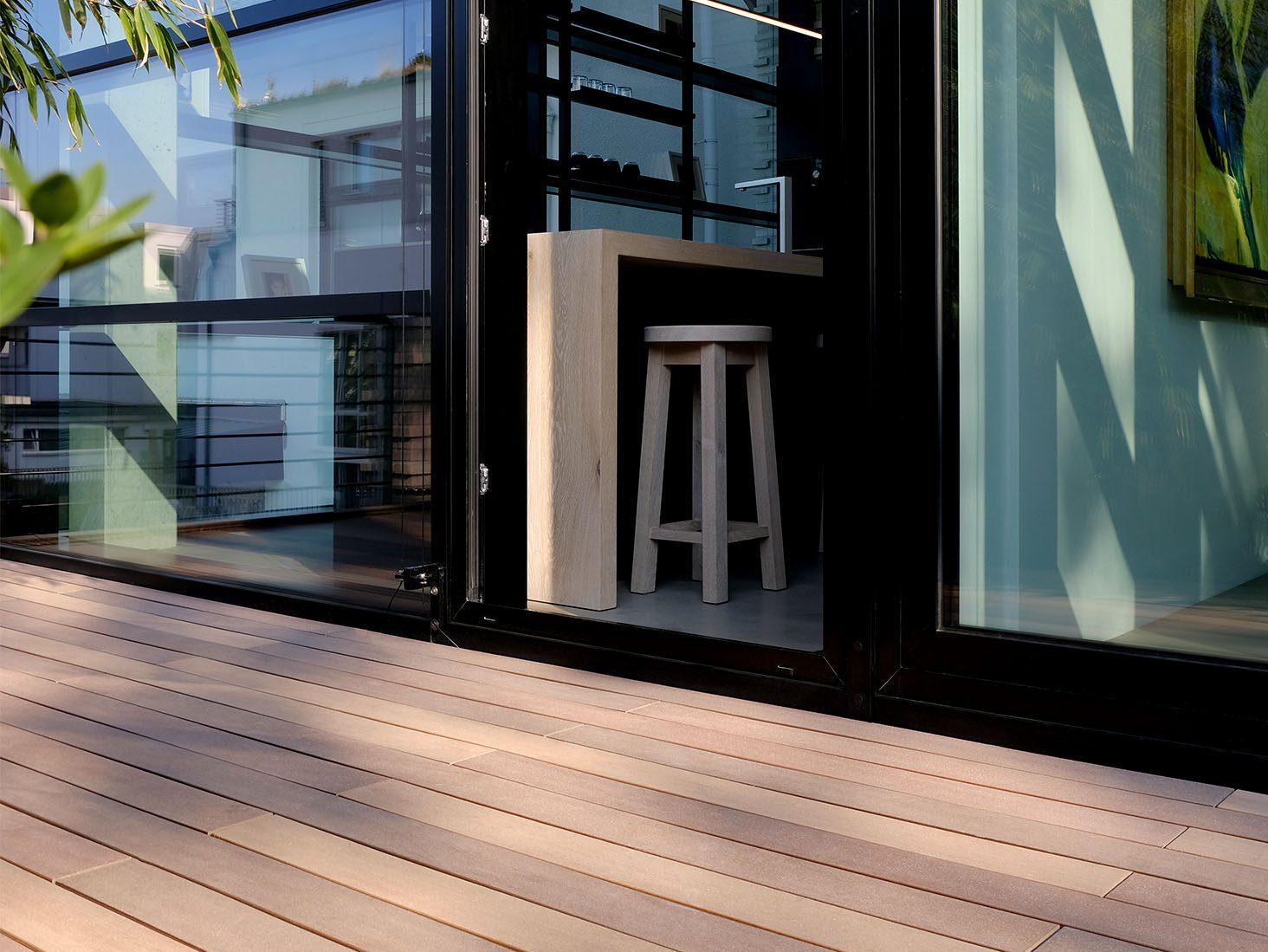 Verschiedene Brauntöne im WPC Terrssenbelag auf der modernen Terrasse.