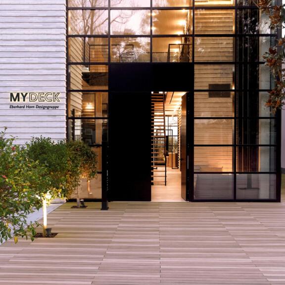 Moderne Design Terasse mit Terrassendielen aus WPC in Brauntönen