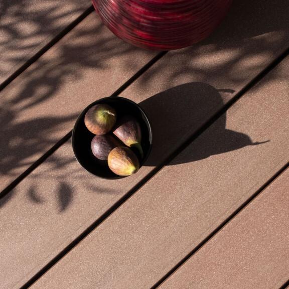 Größe für Mobile Version: Braune WPC Außendielen für Terrasse und Balkon mit glatter Oberfläche