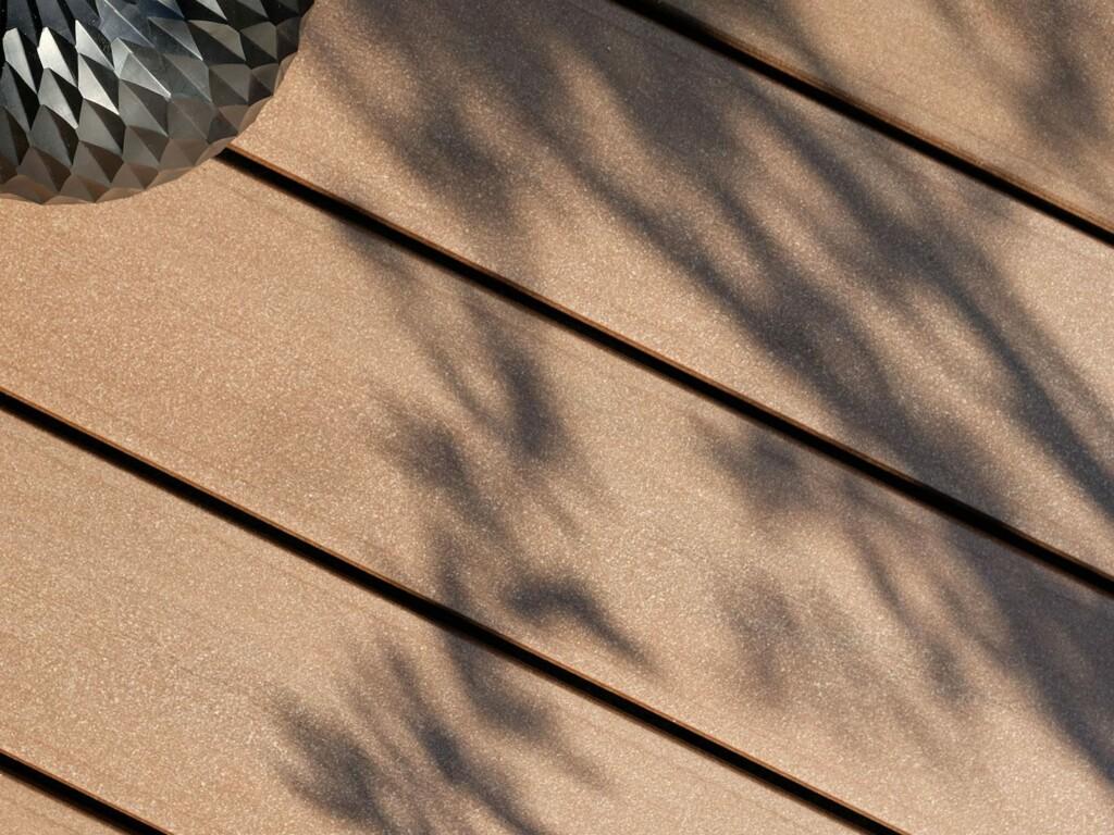 Balkondielen aus Holz und Polyethylen - wetterfest und bildschön, made in Germany