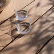 Terrassenbelag aus Holz und Polytehylen in braun mit glatter Oberfläche und schraubenfreier Verlegung