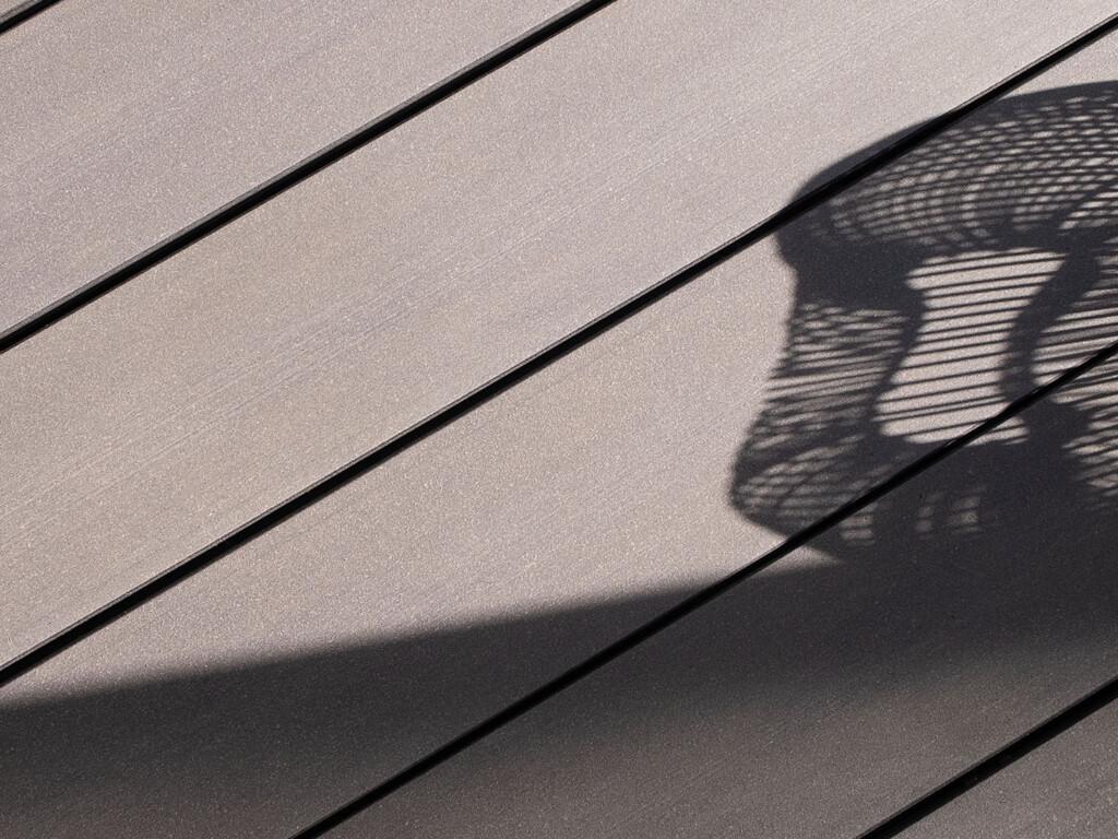 Größe für Mobile Version: Design WPC Terrassendielen in grau für zeitlos, modernes Design auf der Terrasse