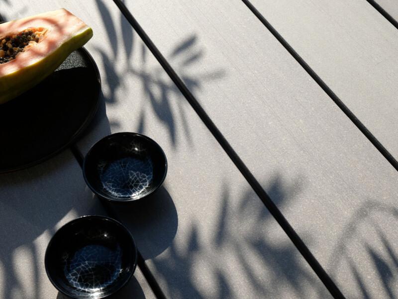 WPC Dielen massiv auf einer Terrasse schraubenfrei verlegt mit Clipsystem