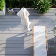 Moderne Design Terrasse von oben mit Hochbeeten und Terrassenbelag WPC grau.
