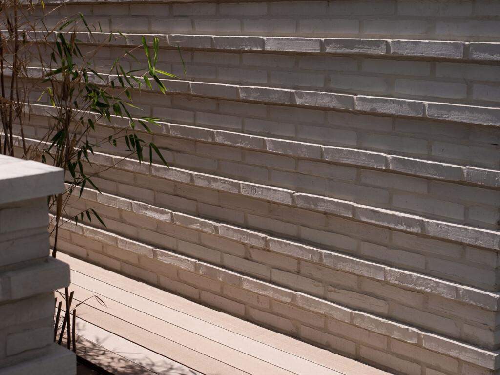 Unser mit dem german Design Award prämiertes Design gibt es nun auch in einer sandbraunen Variante. Die Kollektion besteht aus drei unterschiedlich farbigen Dielen, welche erst bei der Verlegung auf der Terrasse, dem Balkon oder der Poolumrandung miteinander vermischt werden. Die drei aufeinander abgestimmten hellen Brauntöne sorgen für eine natürliche Farbigkeit auf der Außenfläche. Die schmale Breite von 9 cm ist vom Schiffstegdesign inspiriert.