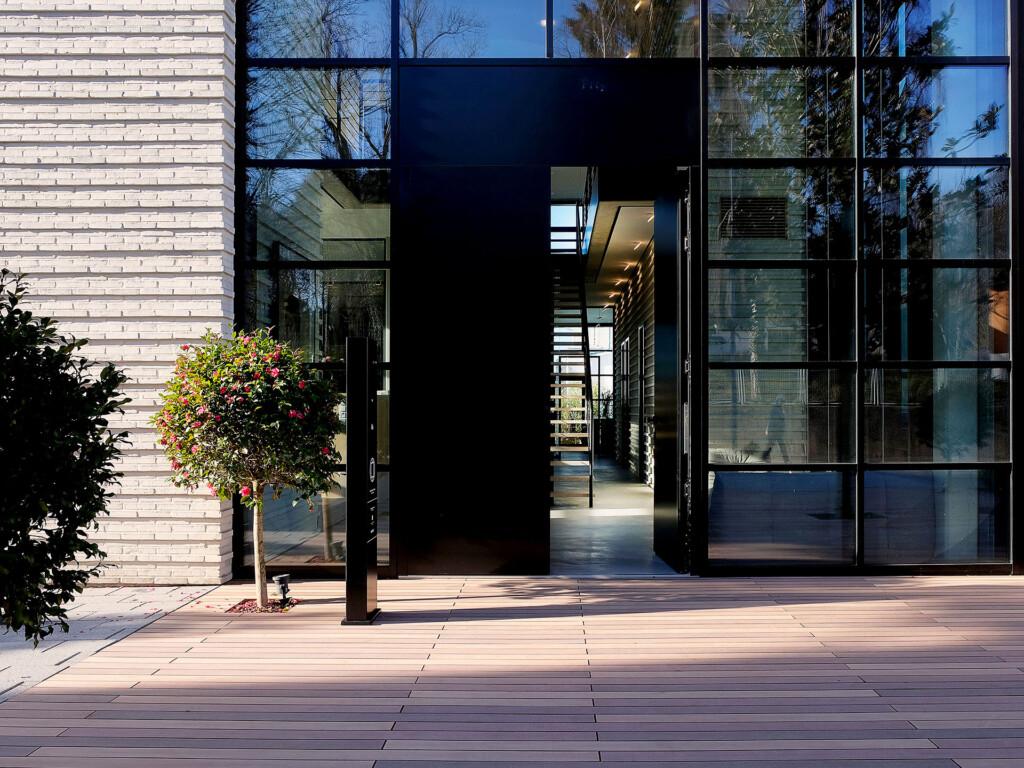 Moderne Terrasse mit nachhaltigen Massivdielen in dunkelbraun, Farbdesign vom Tropenholz inspiriert, PEFC zertifiziert