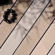 Terrassenbelag aus massiven Premium WPC in verschiedenen hellen Baruntönen für Terrasse, Balkon, Poolumrandung