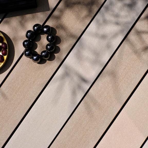 Terrassenbelag aus massiven Premium WPC in verschiedenen hellen Baruntönen für Terrasse, Balkon, Poolumrandung im Seitenverhältnis 3:4
